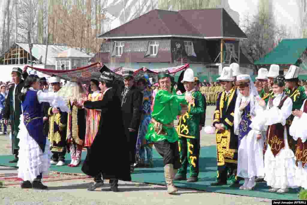 Девушки в кыргызских национальных костюмах ждут своей очереди для выступления.