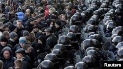 Ուկրաինա -- Անվտանգության ուժերը Դոնեցկում պահպանում են տեղական ինքնակառավարման մարմնի շենքը ռուսամետների հանրահավաքի ժամանակ, 9-ը մարտի, 2014