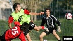 صحنه از تمرین تیم فوتبال استیل آذین.