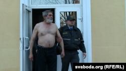 Юр'я Рубцова выводзяць пасьля суду. Крамольную майку ў яго забралі, а нічога ўзамен не далі