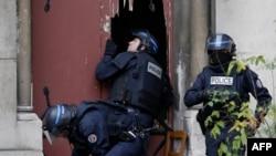 Полицейские взламывают двери церкви в парижском пригороде Сен-Дени: специальная операция. 18 ноября