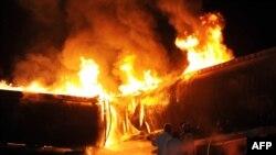Пакистандан Ооганстандагы НАТО аскерлерине май тартып баратканда чабуулга кабылган машинелер. Исламабаддын чети. 4-октябрь, 2010