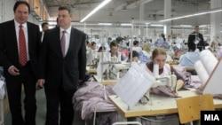 Архивска фотографија: Претседателот Ѓорге Иванов во посета на текстилна фабрика во Штип.
