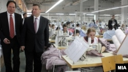 Архивска фотографија - Претседателот Ѓорге Иванов во посета на текстилна фабрика во Штип.