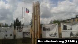 Облізлі рекламні щити продукції «Торезького електротехнічного заводу» з прапором «ДНР»