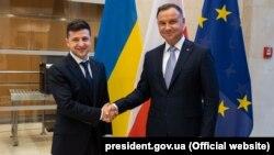 Президент України Володимир Зеленський (ліворуч) і президент Польщі Анджей Дуда під час спільного брифінгу в Брюсселі, 4 червня 2019 року