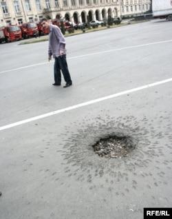 Воронка, оставленная российским снарядом на центральной площади Гори