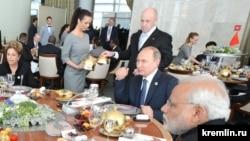 Евгений Пригожин кормит глав государств БРИКС (встреча в узком составе), 2015 год