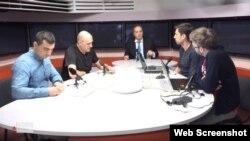 """Владимир Милов (в центре) в эфире радио """"Эхо Москвы"""""""