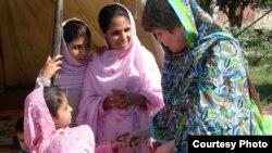 د پاکستان د قامي اسمبلۍ غړې بشری ګوهر په داخلي توګه د بې کوره شوو نجونو سره په یو کیمپ کې