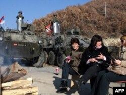 Pripadnici KFOR-a blizu sela Jagnjenica na Kosovu, 30. novembar 2011.