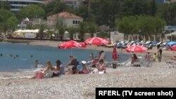 Plaže koje nijesu zakupljene niko ne kontroliše iako su ta mjesta među najposjećenijim, upravo zbog neplaćanja ulaza, mobilijara…(fotografija iz Budve)