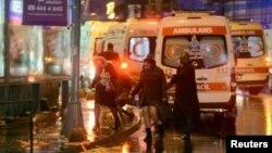 Люди бегут из ночного клуба, на который совершено нападение. Стамбул, 1 января 2017 года.