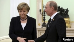 Анґела Меркель (Л) і Володимир Путін