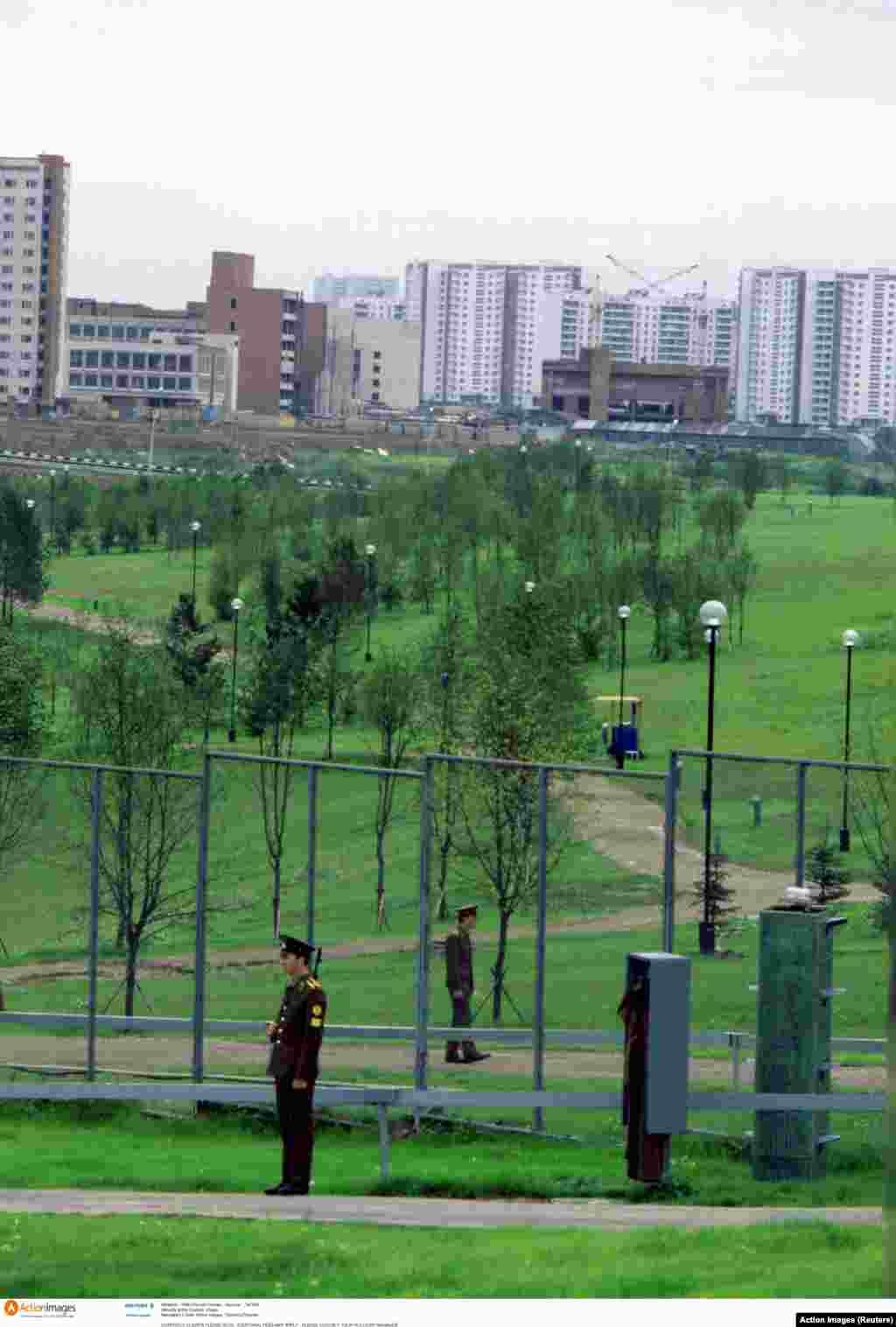 Збройне патрулювання Олімпійського селища. Ігри 1980 року відбулися через вісім років після Олімпіади в Мюнхені, під час якої внаслідок терористичного акту були вбиті 11 ізраїльських спортсменів і тренерів