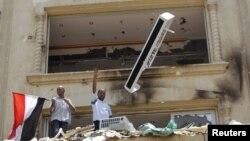 Сёньня ў сталіцы Эгіпту некалькі дзясяткаў маладых дэманстрантаў уварваліся ў штаб-кватэру кіроўнага руху «Браты-мусульмане».