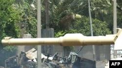 یک خودرو نظامی که بر اثر برخورد با بمب کنار جاده ای منفجر شده است