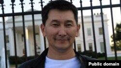 """2012-жылы күзүндө Лукпан Ахмедяров """"Журналистикадагы эрдиги үчүн"""" абройлуу сыйлыкка татыган. Вашингтон, 17-октябрь, 2012."""