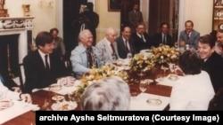 Ayşe Seitmuratova AQŞ prezidenti Ronald Reagan ile körüşkende. 1980 yılları. Ayşe Seitmuratovanıñ arhivi