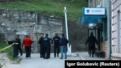Шабуыл жасалған полиция бекеті алдында тұрған полицейлер. Зворник, Босния-Герцеговина, 27 сәуір 2015 жыл.