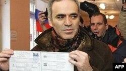 Гарри Каспаров демонстрирует свой избирательный бюллетень