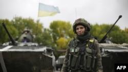Донецк облысы аумағында бақылау пунктінде тұрған украин сарбазы. 24 қыркүйек 2014 жыл.