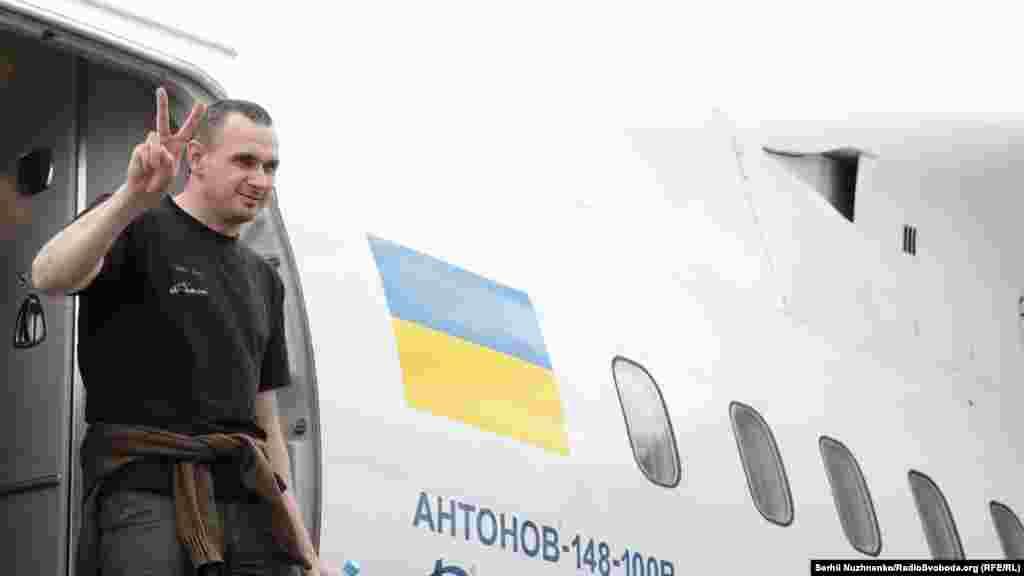 Засуджений у Росії український режисер Олег Сенцов сходить із трапа літака в аеропорту «Бориспіль»