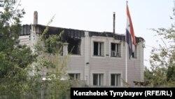 Поврежденное пожаром здание почетного консульства Сирии в Казахстане. Алматинская область, 17 июля 2012 года.