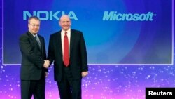 Nokia-ի նախագահ Սթիվեն Էլոփը (ձախից) և Microsoft-ի ղեկավար Սթիվ Բալմերը Լոնդոնում, արխիվ