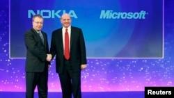 Исполнительный директор Nokia Стивен Элоп и глава Microsoft Стив Балмер