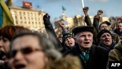Люди протестуют на площади Независимости в Киеве. 21 февраля 2014 года.