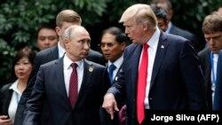 Владимир Путин и Дональд Трамп на саммите Азиатско-Тихоокеанского экономического сотрудничества, 11 ноября 2017 года