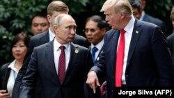 АҚШ президенті Дональд Трамп (оң жақта) пен Ресей президенті Владимир Путин Оңтүстік-Шығыс Азия елдері саммиті кезінде қысқа уақыт жүздесті. Дананг, Вьетнам, 11 қараша 2017 жыл.