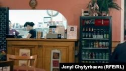 Жибек-Жолу ресторанына иш күндөрү көбүнчө кыргыз таксисттери келишет.
