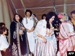 Муаммар Каддафи со своей женой Сафией на свадьбе в Триполи.