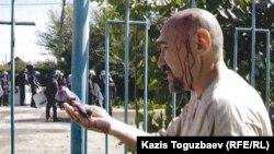 Арон Атабек Шаңырақ оқиғасы кезінде. Алматы, 14 шілде 2014 жыл.