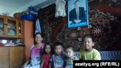 Ажар Мылтыкбаева со своими детьми в комнате общежития в Тассае. Южно-Казахстанская область, 12 июля 2015 года.