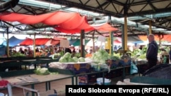 Пазар во Битола. Пазарџиите чувствуваат последици од грчката финансиска криза која им го преполови прометот.