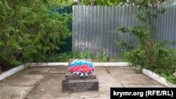 Братская могила рядом со строительным участком