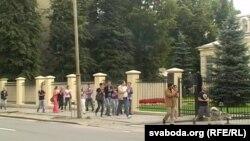 Удзельнікі акцыі на заканчэньне прайшлі з аплядысмэнтамі каля амбасады.