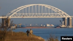 Баржа перегородила проход через Керченский пролив, 25 ноября 2018 год
