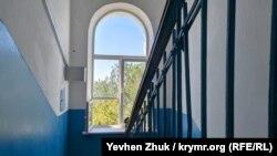 Арочное окно на лестничной клетке