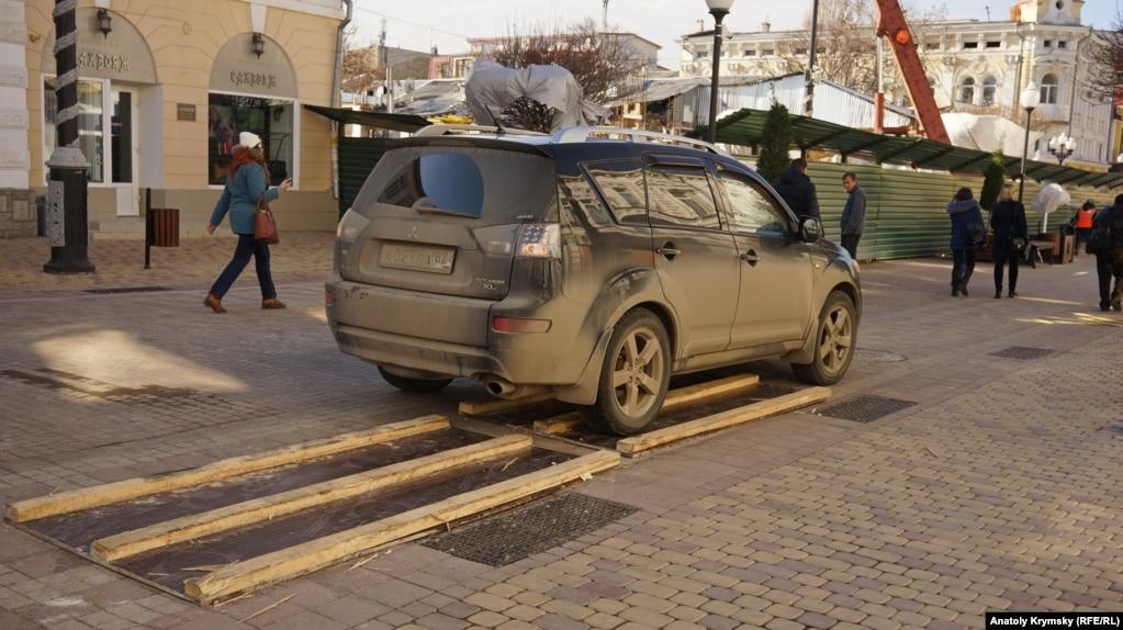 А третий «тестирует» водитель этого внедорожника, прорываясь по пешеходной зоне