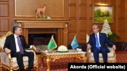 Президент Казахстана Касым-Жомарт Токаев (справа) и президент Туркменистана Гурбангулы Бердымухамедов. Ашгабат, 11 октября 2019 года.