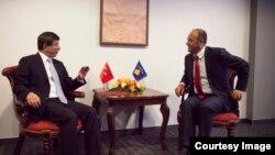 Ministri i jashtëm kosovar, Enver Hoxhaj është takuar me homologun turk, Ahmet Davutoglu në Nju Jork