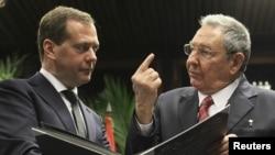 Президент Кубы Рауль Кастро (справа) и премьер-министр России Дмитрий Медведев (слева). Куба, 21 февраля 2013 года.