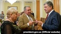 Петро Порошенко під час зустрічі з родичами українських політв'язнів і заручників, ув'язнених в Росією, Київ, 8 червня 2018 року
