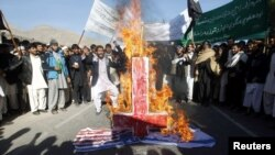 Studentët afganë i djegin flaumt e Izraelit dhe të Shteteve të Bashkuara në protestën në Xhalalabad
