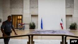Շվեյցարիա - Եվրամիության և Իրանի դրոշները Ժնևում ՄԱԿ-ի գրասենյակում, որտեղ նախատեսված են այսօր մեկնարկելիք բանակցությունները, 14-ը հոկտեմբերի, 2013թ․