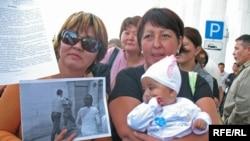 Некоторые протестующие пришли на пикет со своими детьми. Алматы, 10 сентября 2008 года.